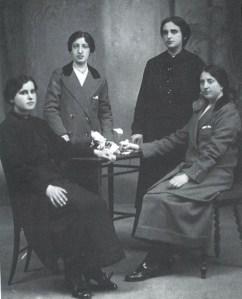 Doña Pura y doña Lourdes, de pie, al fondo de la imagen.