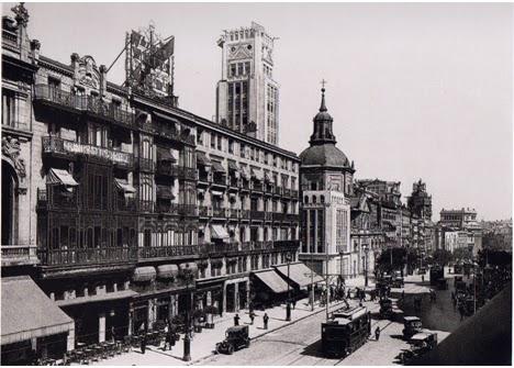 Fachada del hotel Regina en 1930. A la izquierda, la terraza del café Regina.
